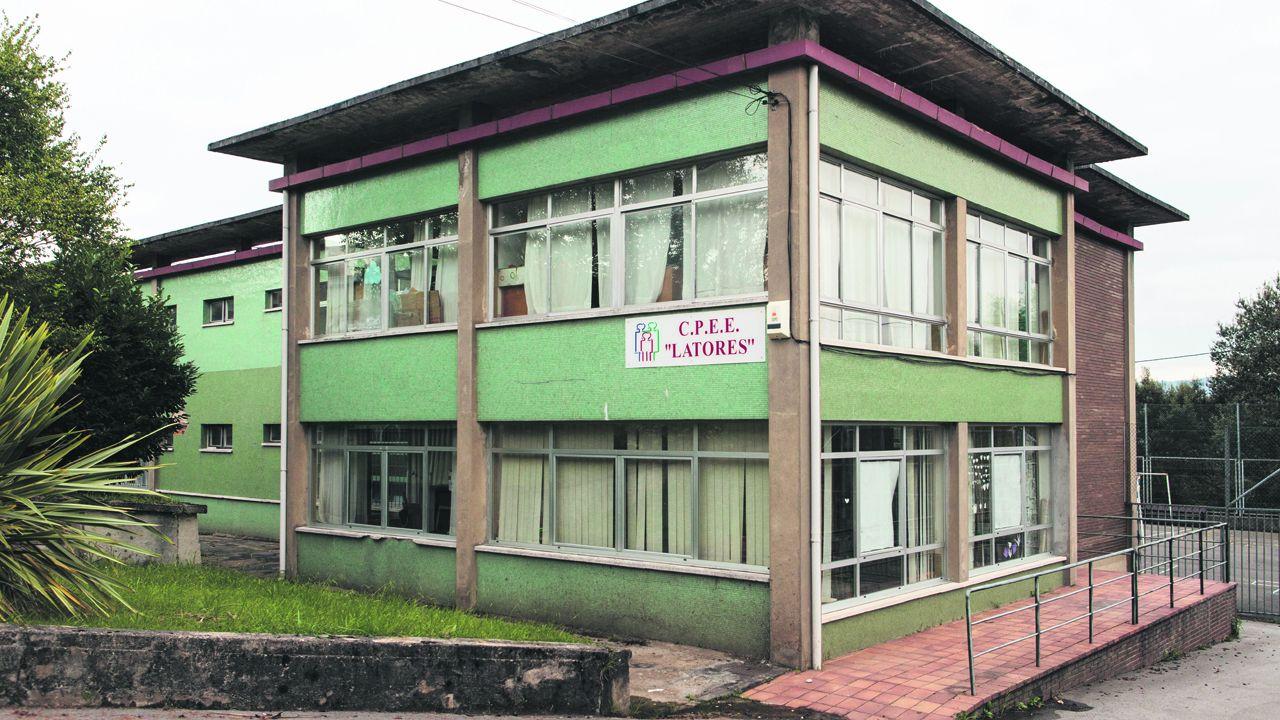 Concentración en Riosa para condenar las amenazas a los concejales de IU.Colegio Público de Latores