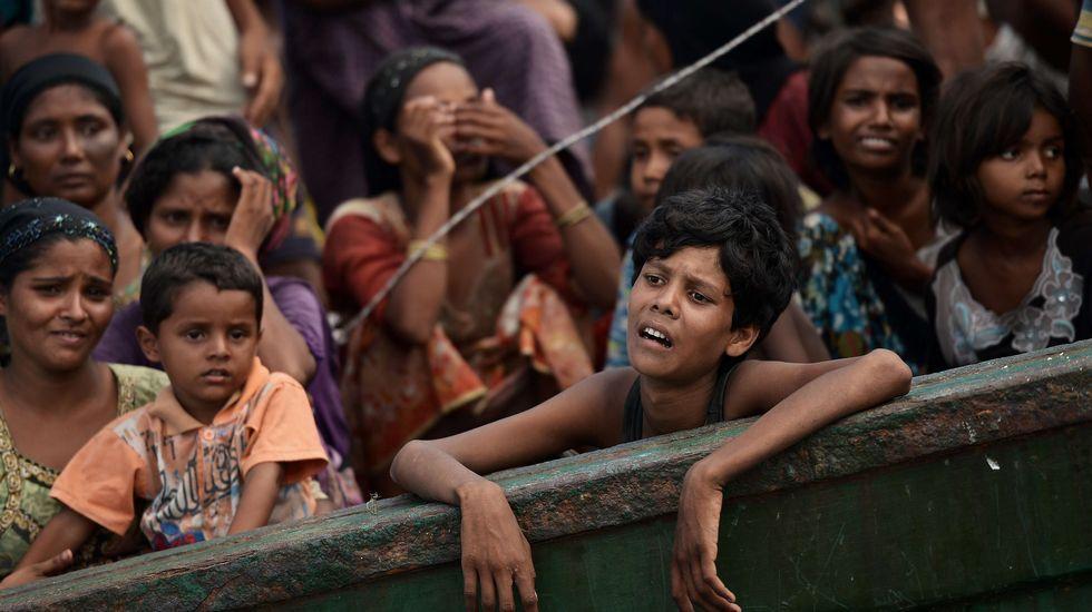 Tragedia en el golfo de Bengala.Tomás Abeigón Vidal muestra la emisora de radio que tiene en su domicilio particular.