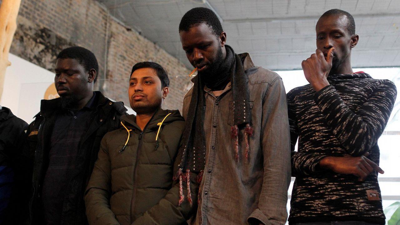 Los asistentes a la rueda de prensa del Sindicato de Manteros de Madrid y la Asociación de Sin Papeles de Madrid, guardan un minuto de silencio por Mame Mbaye, fallecido el pasado mes de marzo