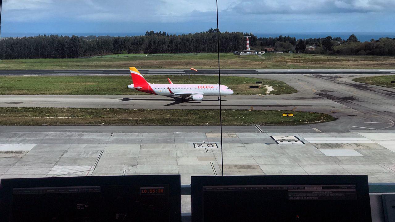 .La pista del aeropuerto de Asturias, desde la torre de control