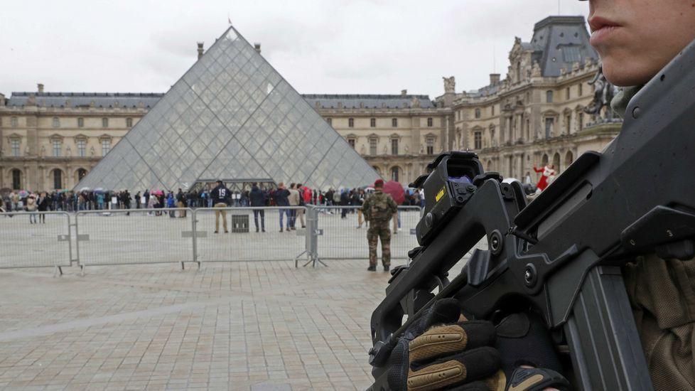 Un soldado dispara contra un hombre armado con un cuchillo en París.