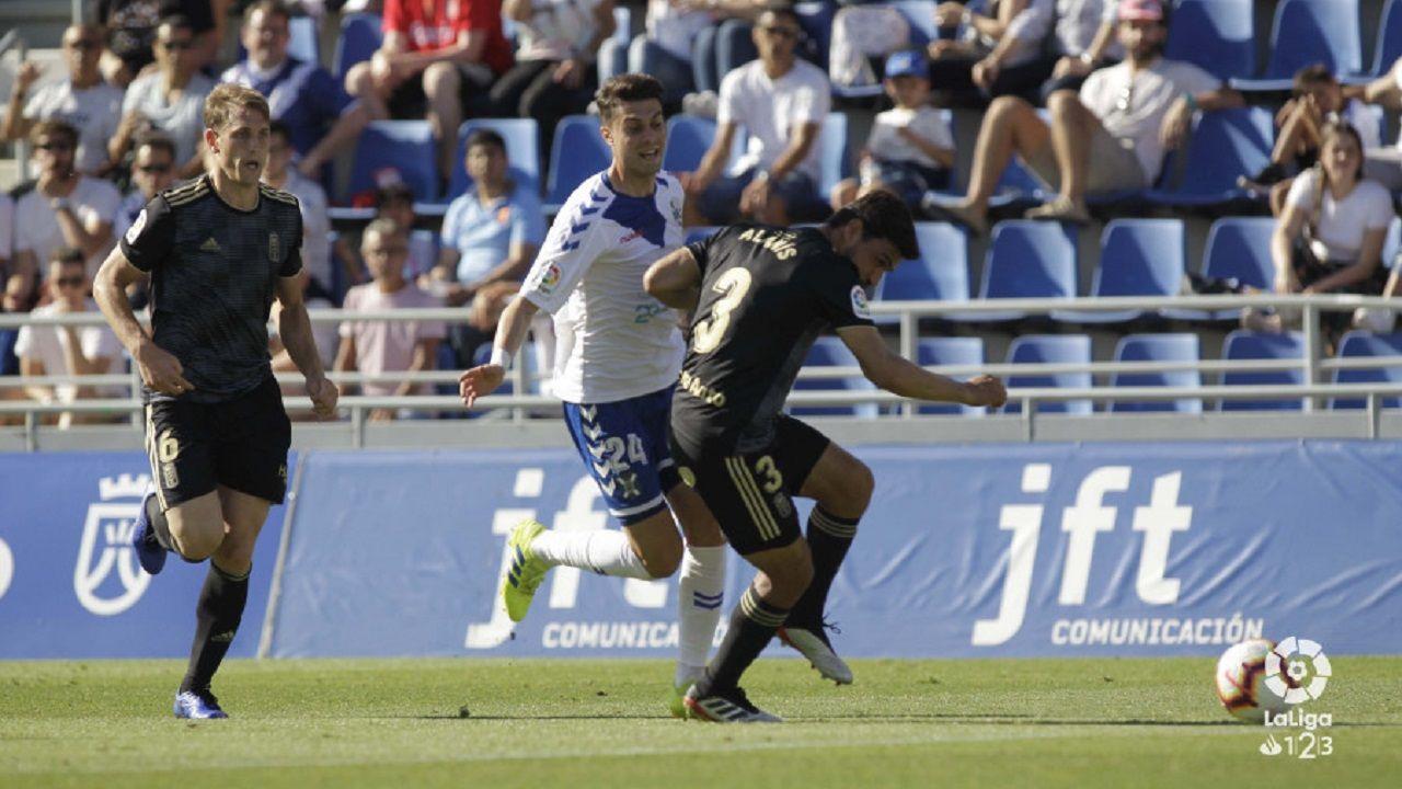Tenerife Real Oviedo Heliodoro Rodriguez Lopez.Naranjo encara a Alanís con Carlos Hernández atento a la jugada