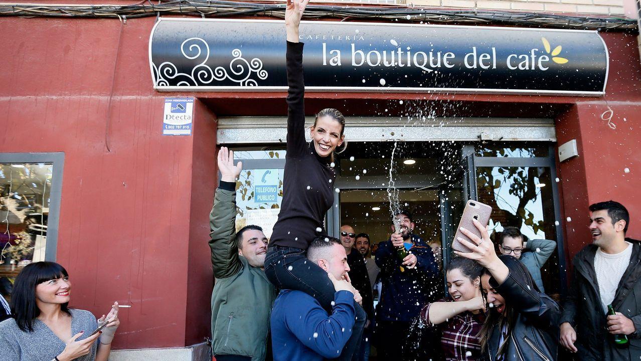 Un bar de un barrio de la ciudad de Alicante ha vendido 120 décimos del segundo premio de la Lotería, el 21.015, que ha comprado en una administración de Almansa (Albacete), y cerrará estas Navidades para «disfrutarlo».