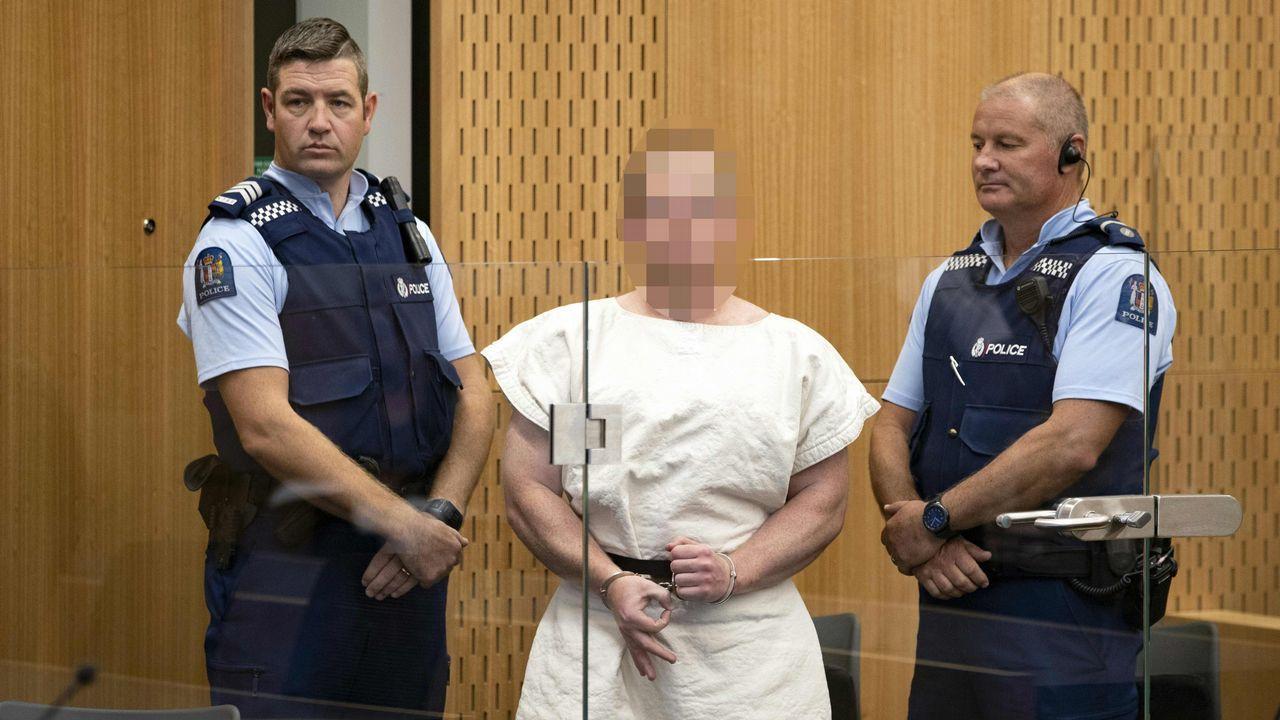GESTO SUPREMACISTA. Brenton Harrison Tarrant, uno de los autores de la masacre, compareció ayer ante un tribunal haciendo un gesto con las manos propio de los grupos de supremacía blanca. Nueva Zelanda lloró ayer a los muertos entre el desconcierto y el horror.