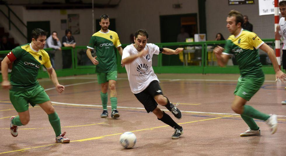 El jugador del Villa de Cee Miguelón marcó uno de los cuatro goles al Pontedeume en Cee.