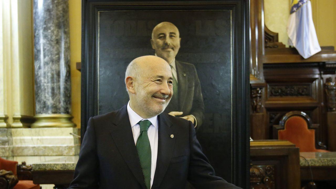.Javier Losada, ante su retrato, obra de Jano Muñoz, en la galería de retratos de alcaldes e ilustres en María Pita