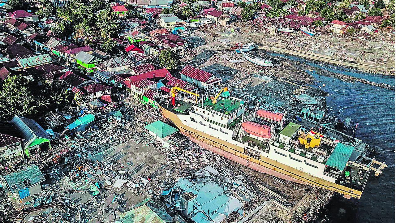 Un barco pesquero acabó varado en tierra firme en la localidad de Wani, una de las más afectadas por el tsunami