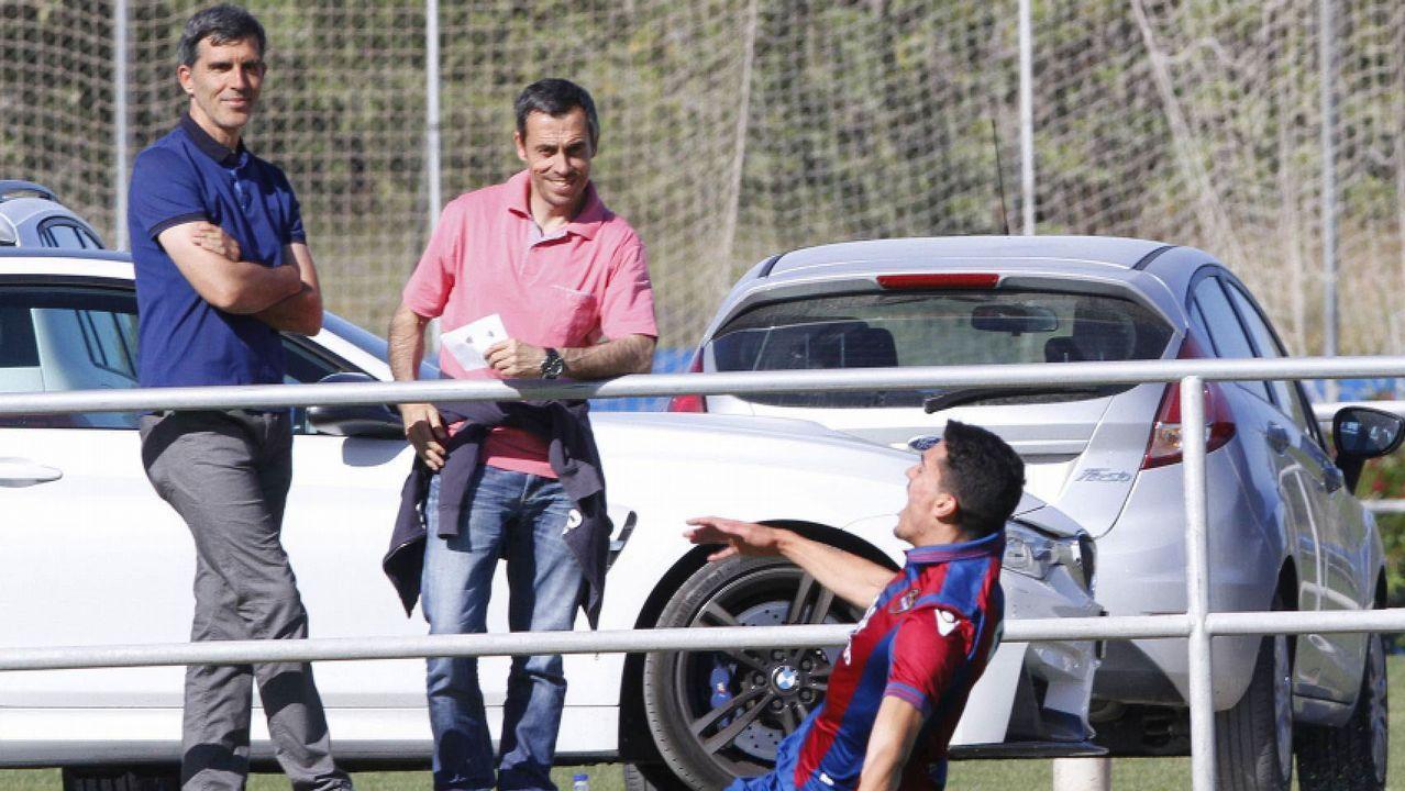 Seedorf y Tino Fernández charlan antes del inicio del partido