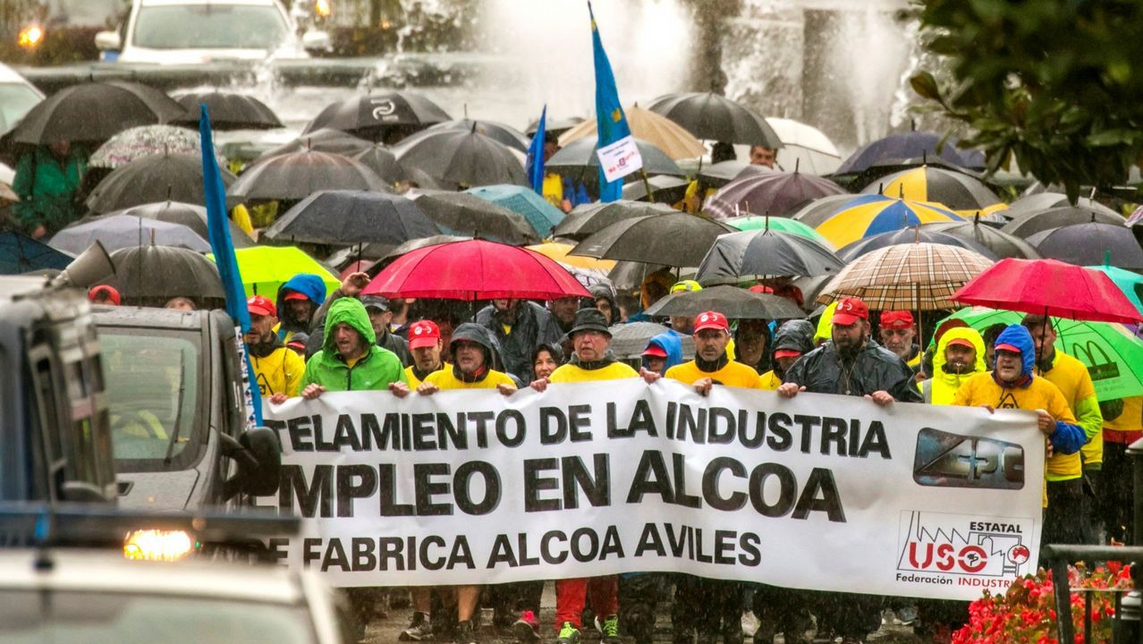 La marcha de los trabajadores de Alcoa, a su llegada a Oviedo, bajo una intensa lluvia