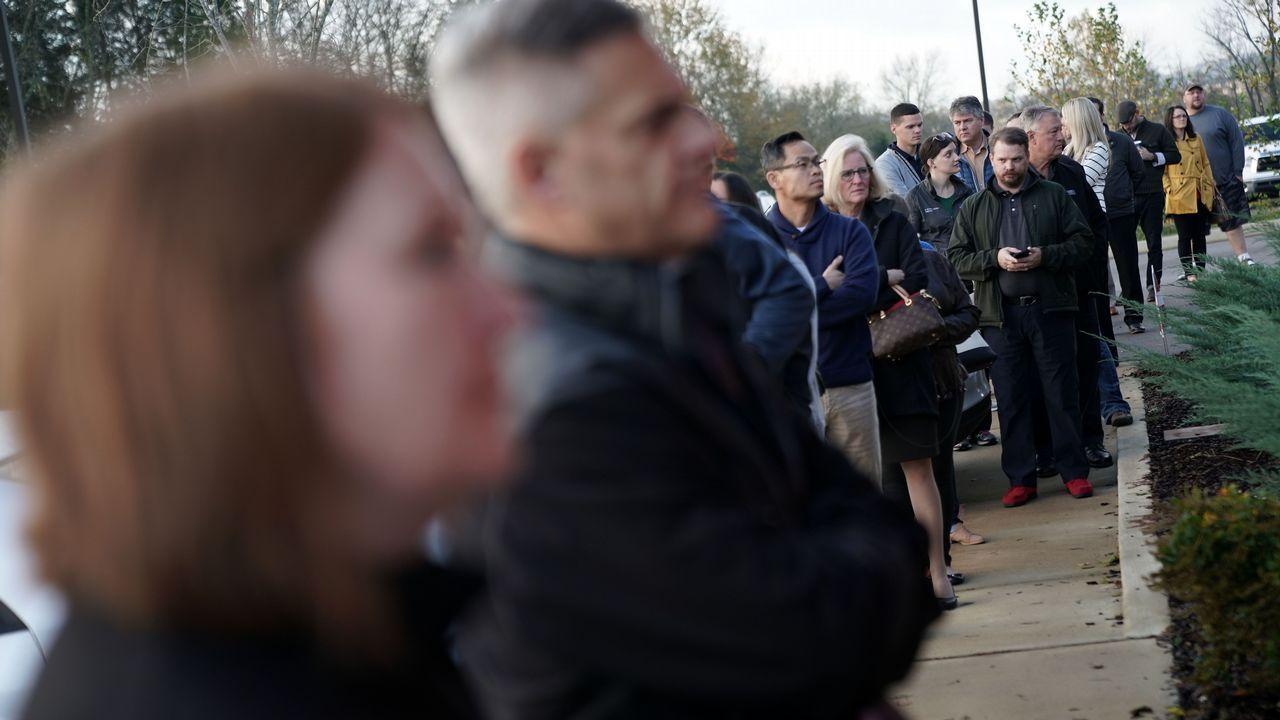 Electores esperando para ejercer su voto en Tennessee