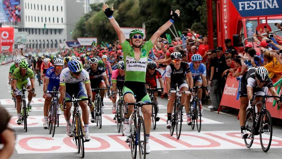 Froome y el palo.Nibali, durante la presentación del Tour 2015