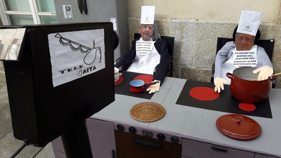 Na rúa do Cardeal, en Monforte, os compadres parodian os programas televisivos de cociñeiros