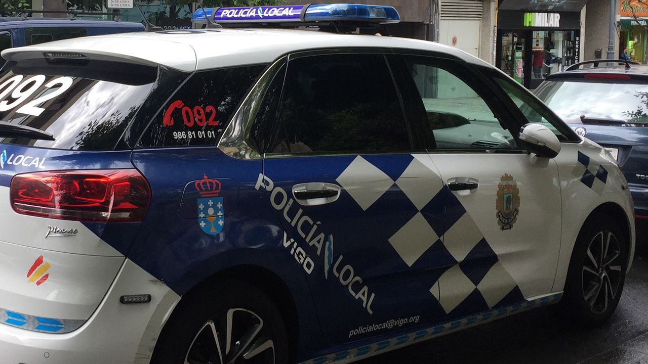 Caballero, proclamado candidato oficial y arropado por los suyos.Imagen de archivo de un coche de la Policía Local de Vigo