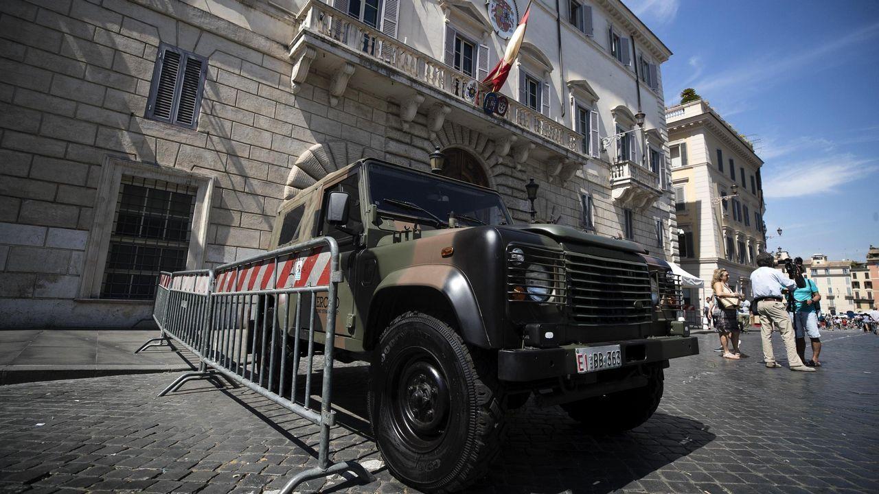 .Vista de un vehículo militar en la puerta de la embajada española en la Santa Sede en Roma