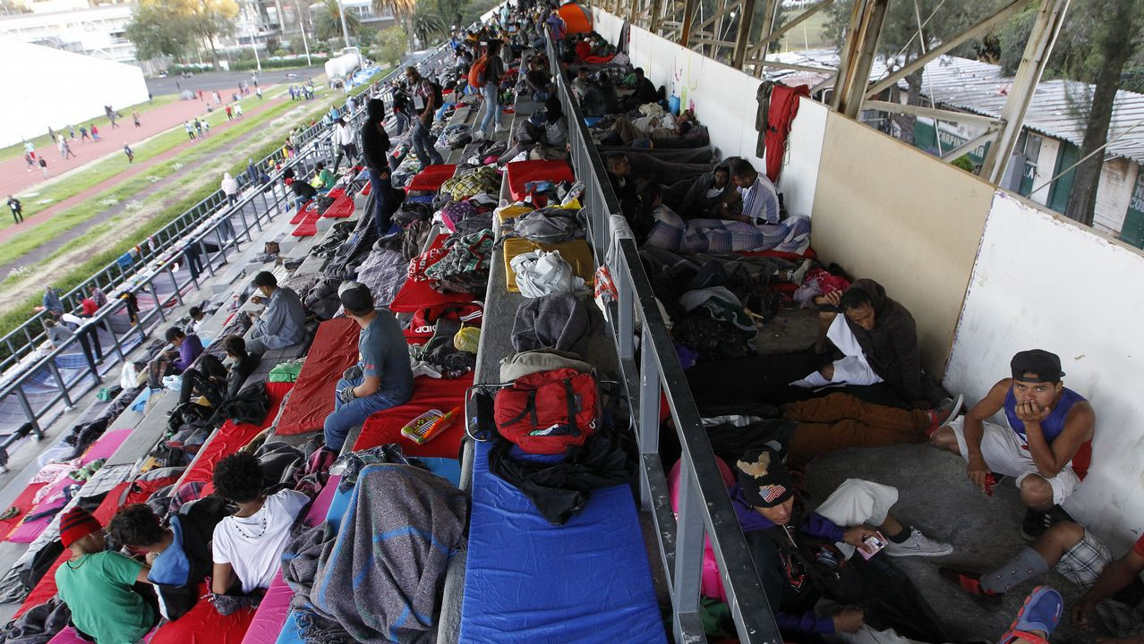 Rocío Rivera explica su topless.Un grupo de migrantes descansan en las gradas de un estadio de México