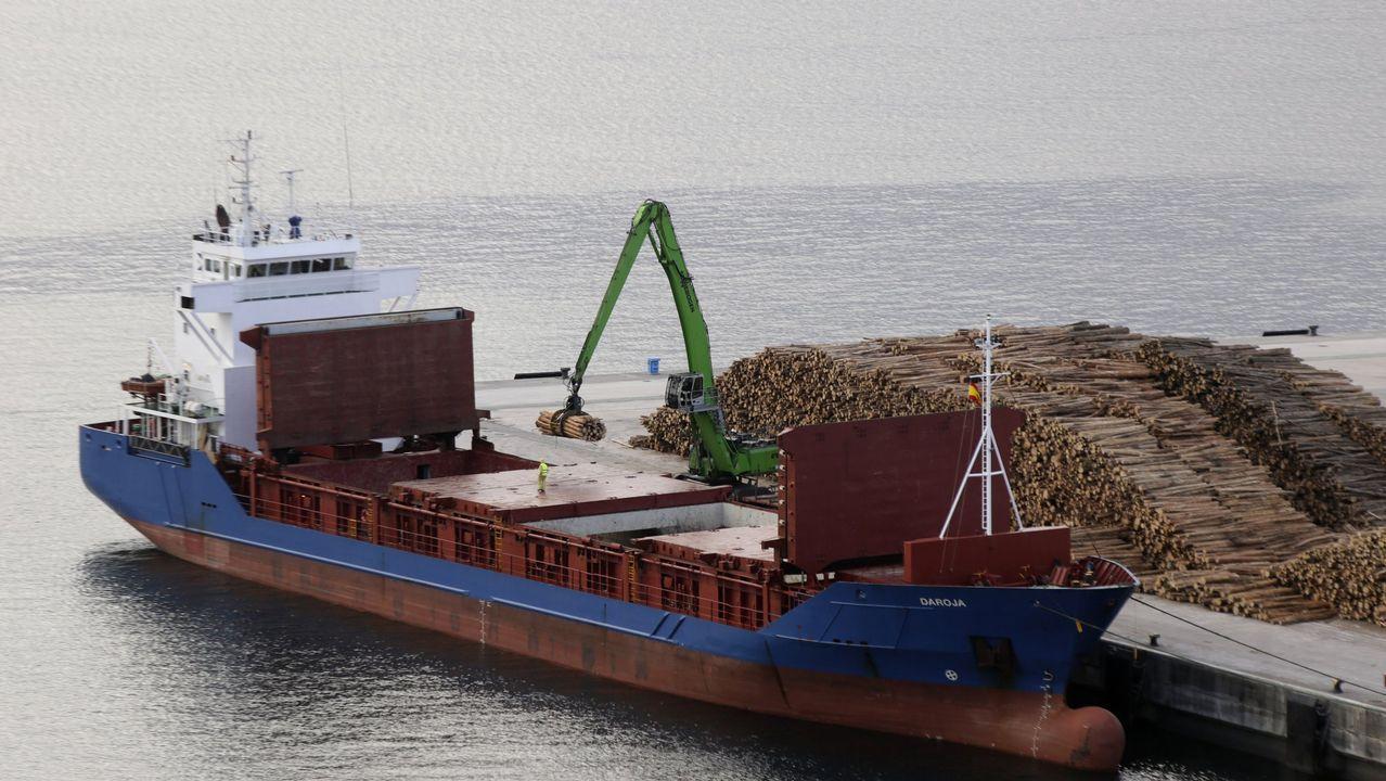 La madera representa el 12% del empleo industrial gallego. En la imagen, un buque carga troncos en el puerto exterior de Ferrol