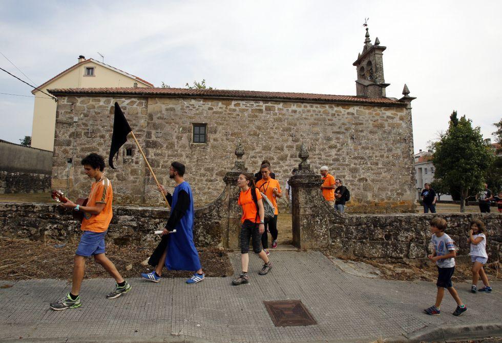 .Los participantes en el Campo de Traballo Dragal estrenaron la Ruta do Dragón dramatizada.