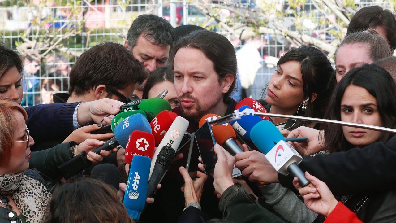 El lider de Podemos, Pablo Iglesias, contesta a las preguntas de los periodistas tras votar en el colegio de La Navata