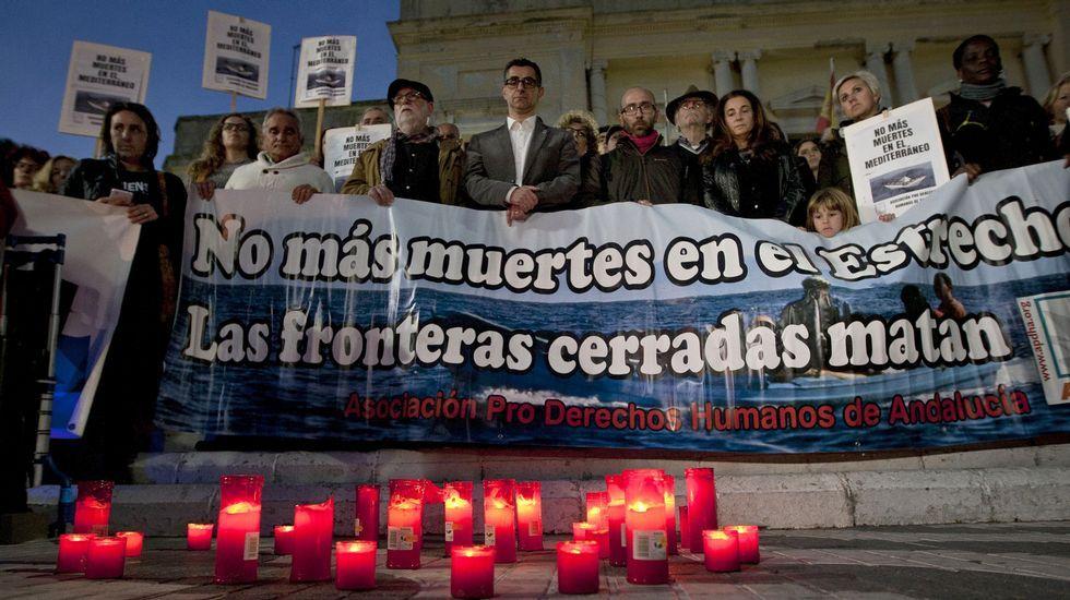 Unas 200 personas concentradas ante el Ayuntamiento de Barbate para protestar contra las políticas internacionales para atender la inmigración