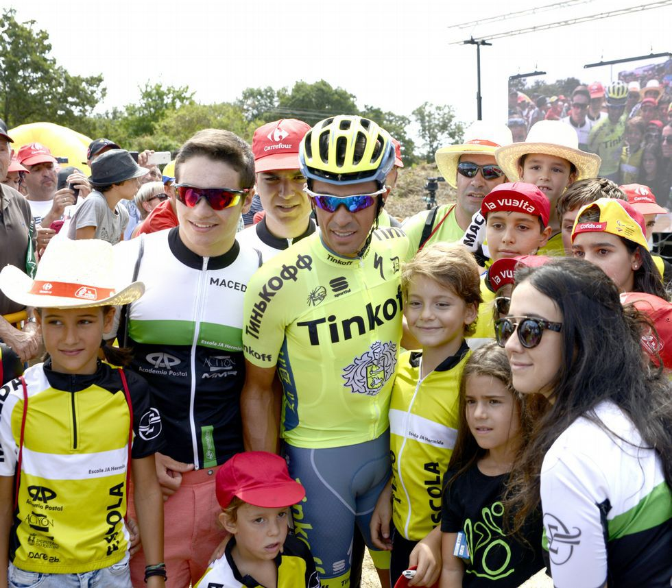 Luis Enrique anima al equipo Movistar en la subida a los Lagos.Nairo Quintana celebra su triunfo en Lagos de Covadonga