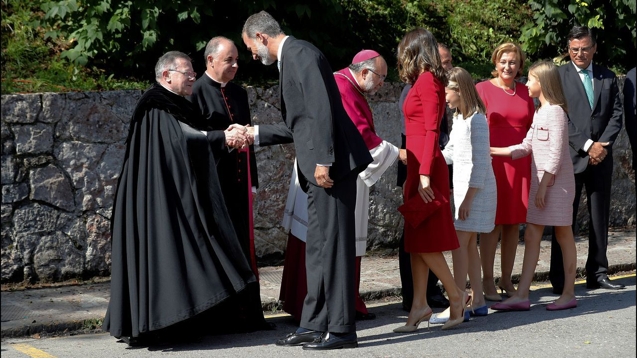 Los reyes Felipe y Letizia, la princesa Leonor (2ªd) y la infanta Sofía (d) son recibidos por las autoridades a su llegada a los actos conmemorativos del primer Centenario de la Coronación de la Virgen de Covadonga y del Parque Nacional de la Montaña de Covadonga