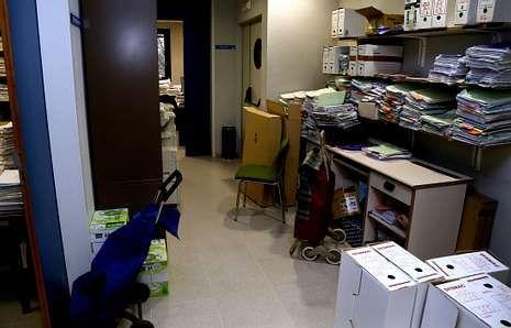 Expedientes de los años 2008 al 2013 están acumulados en los pasillos por falta de espacio.