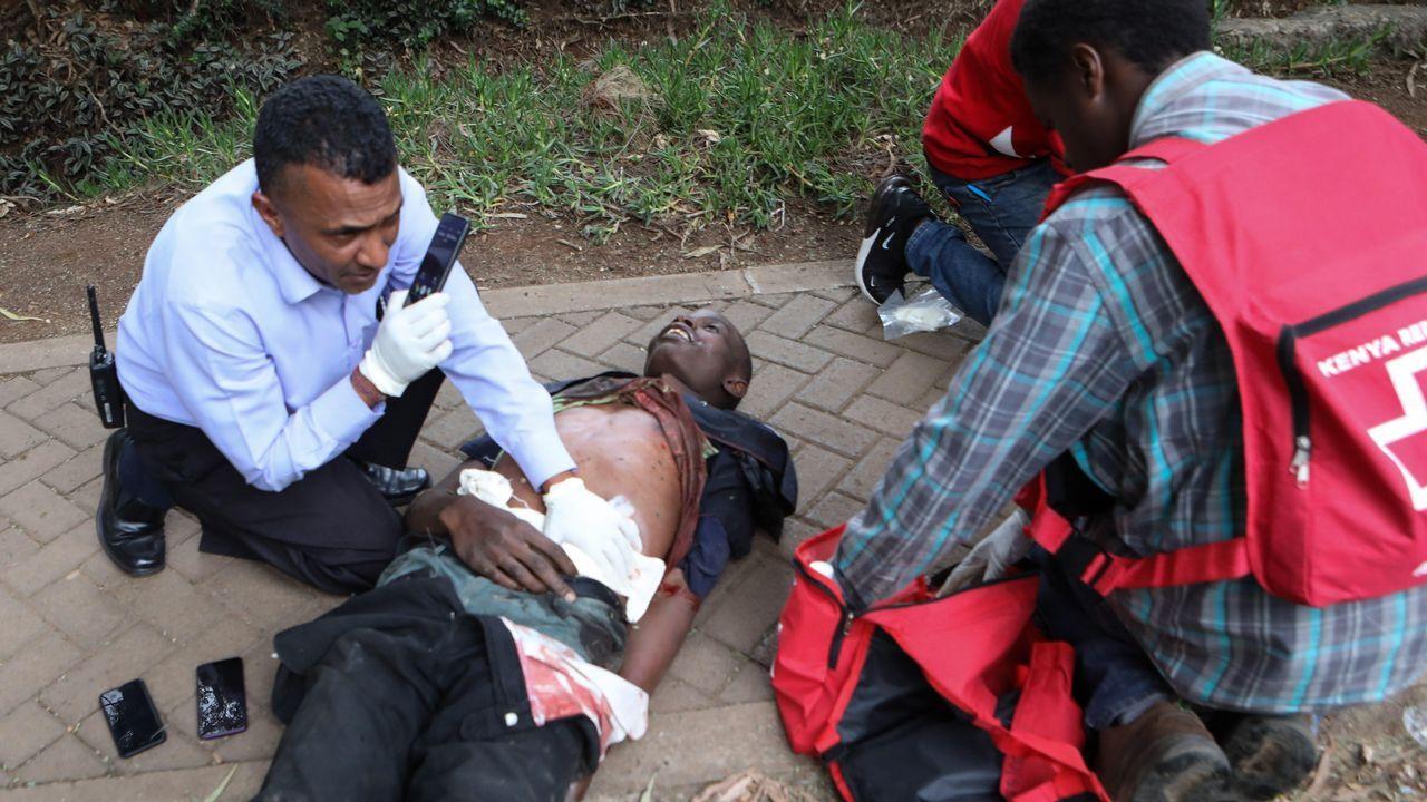 Un herido es atendido en el exterior del hotel