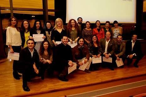 Los asistentes a uno de los cursos de Coaching de la UDC, en el paraninfo con sus correspondientes diplomas.