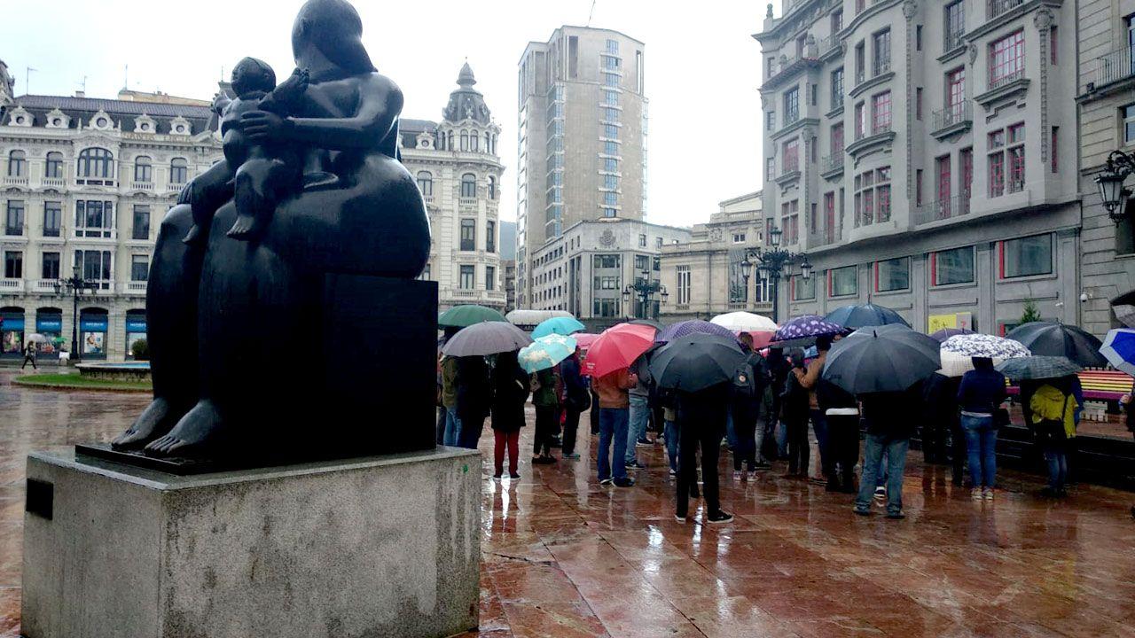 Un grupo de personas con paraguas en La Escandalera de Oviedo