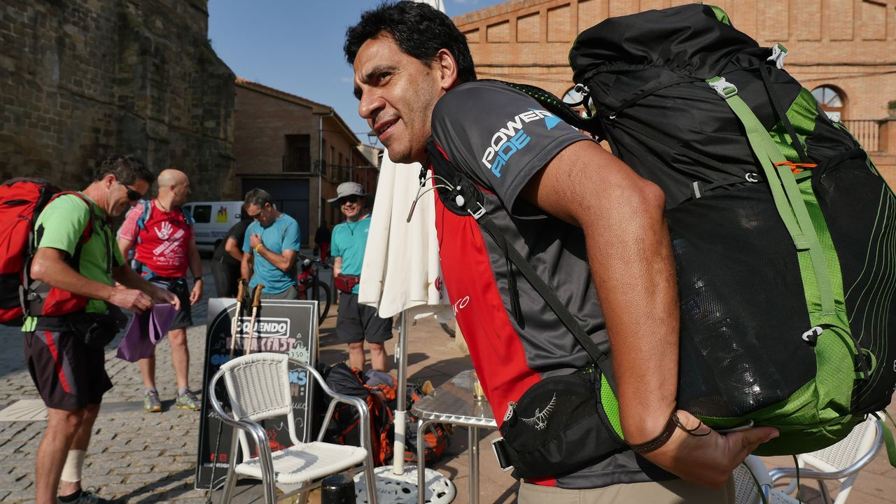 .Ricardo, de Argentina, cargando la mochila en Grañón