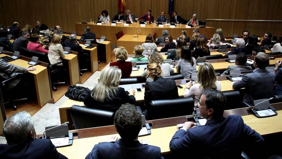 Rubalcaba sobre la sucesión en el partido: «El PSOE no está en eso».Una mujer increpa a un empleado de NCG en la protesta de ayer.