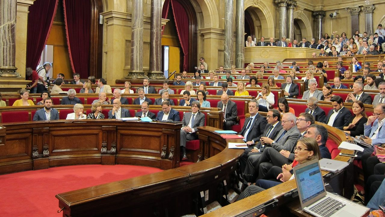 Anna Gabriel se refugia en Suiza.Colau durante un pleno en el Ayuntamiento de Barcelona