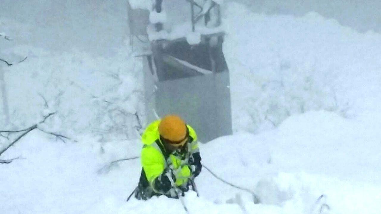 Operario de telefonía trabajando en una zona afectada por la nevada