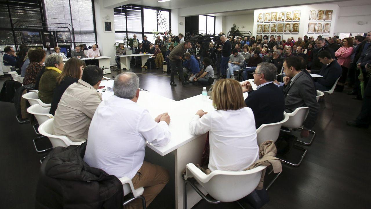 Concentración en Riosa para condenar las amenazas a los concejales de IU.Francisco Álvarez-Cascos saluda a Carmen Moriyón