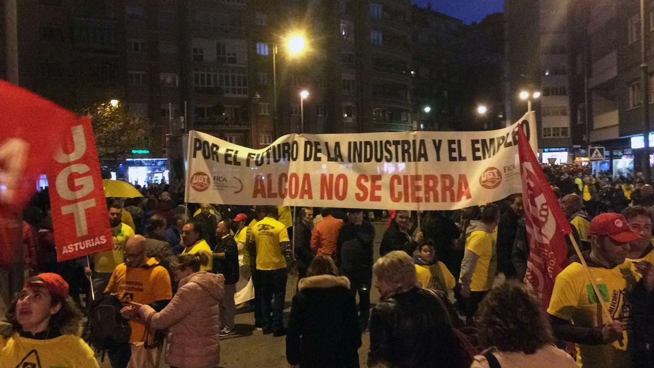 Una multitudinaria manifestación recorre las calles de Avilés para exigir a la continuidad de una fábrica de Alcoa