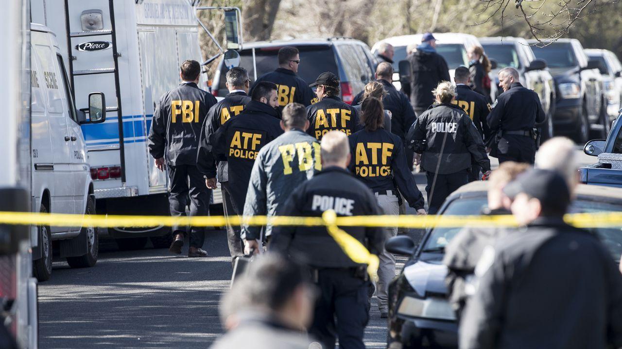 Agentes del FBI, en el vecindiario donde se produjo la tercera explosición, en Austin