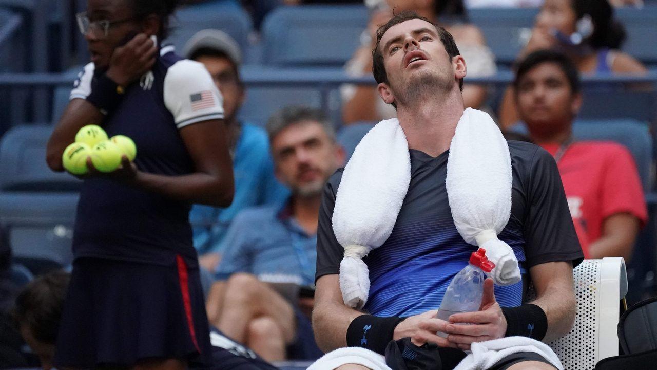 Andy Murray descansa durante un partido de tenis contra el español Fernando Verdasco
