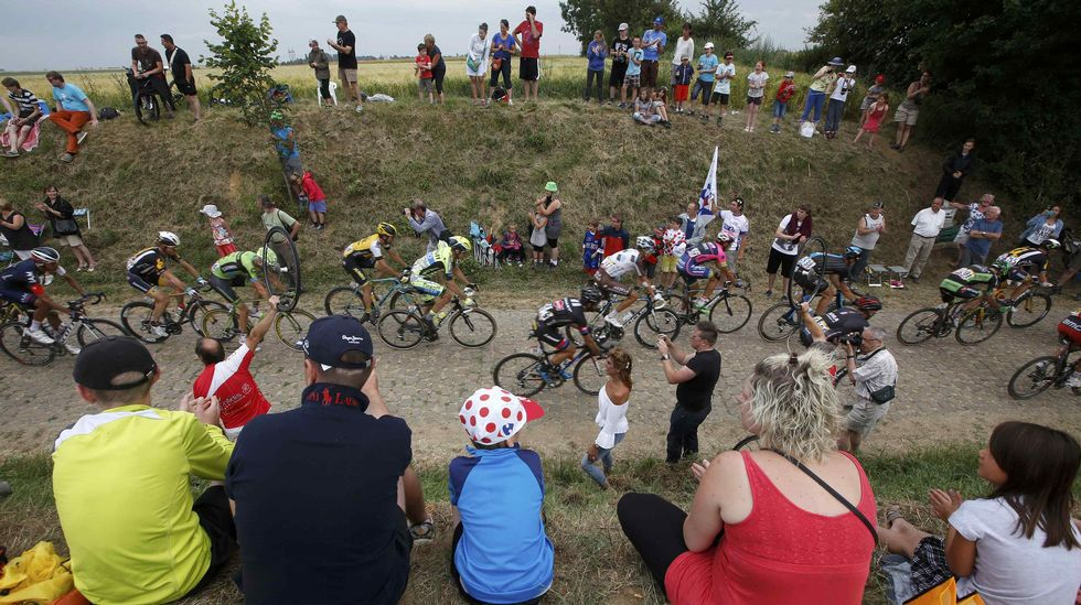 Muchos aficionados viendo el paso de los ciclistas por el pavé