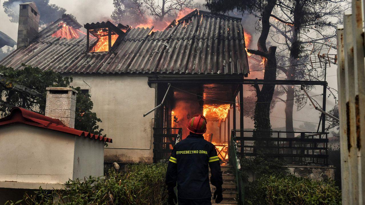 Una de las casas consumidas por el fuego en Kineta