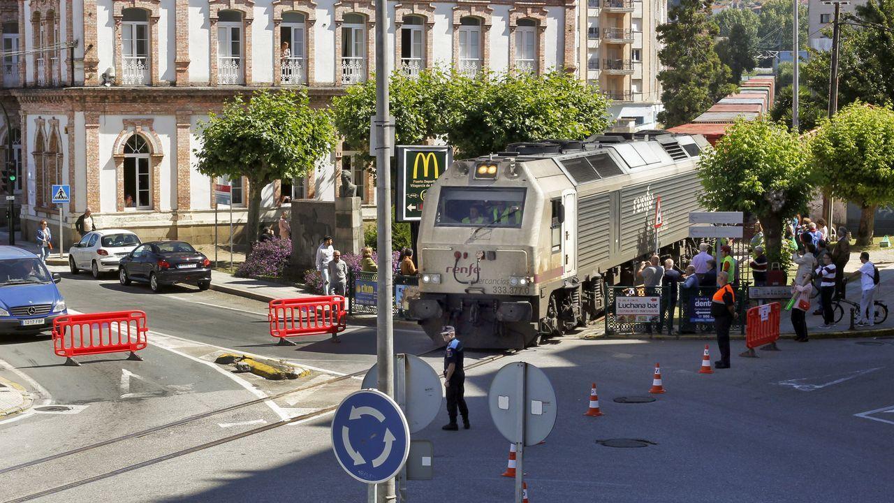 El tren con contenedores cruza Vilagarcía