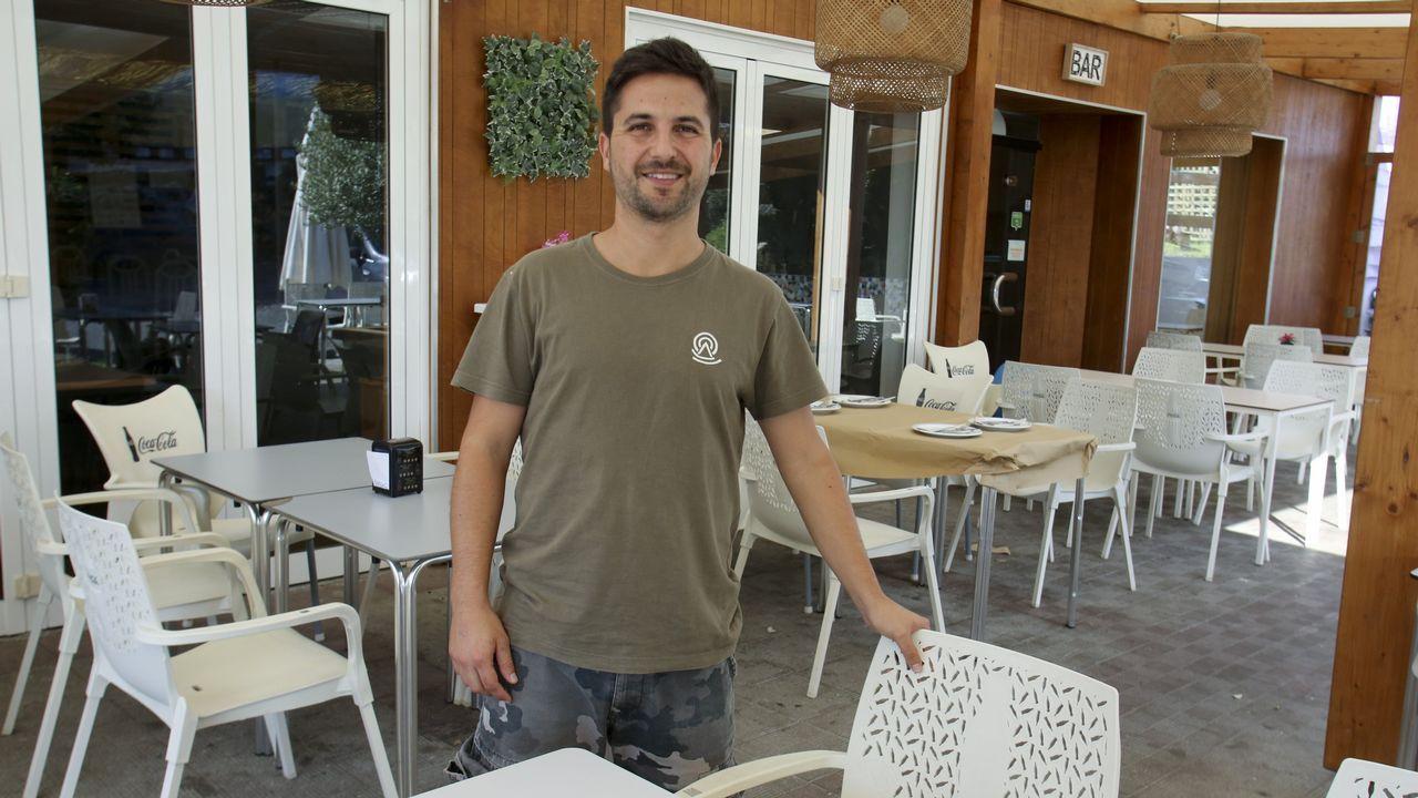 Javier Fidalgo, en el restaurante del cámping de Valdoviño, que no cerrará sus puertas hasta mediados de octubre o incluso hasta finales si el tiempo acompaña