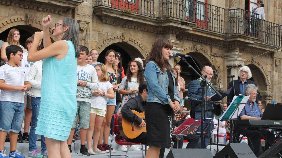 Tres de los integrantes de Les Luthiers, a la derecha, durante su visita a la «Yincanta» gijonesa, en la plaza del Marqués