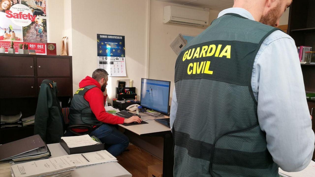 Agentes de uno de los equipos de investigación de estafas telemáticas de la Guardia Civil