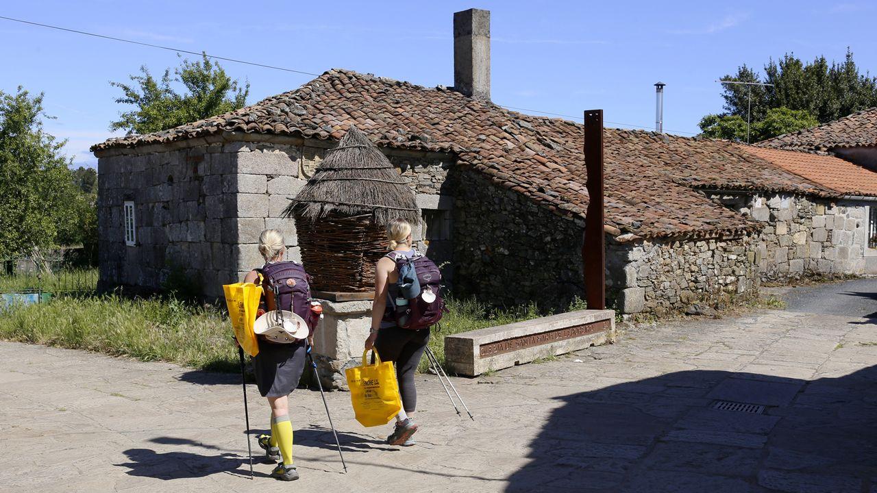 Peregrinos con una de las más de 40.000 bolsas reutilizables que se les entregarán en los ecoalbergues para favorecer el reciclaje