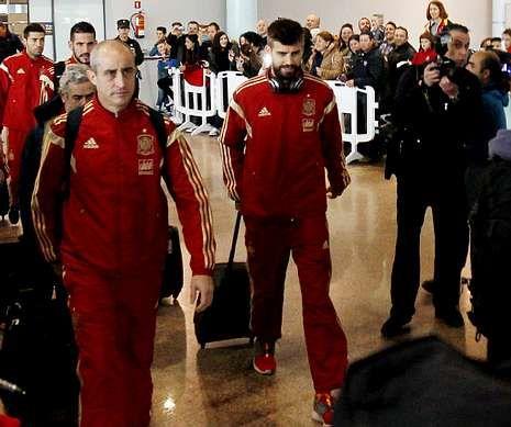 .Piqué, Del Bosque y Casillas, que fue uno de los pocos que se paró con el público, despertaron expectación en la terminal viguesa.