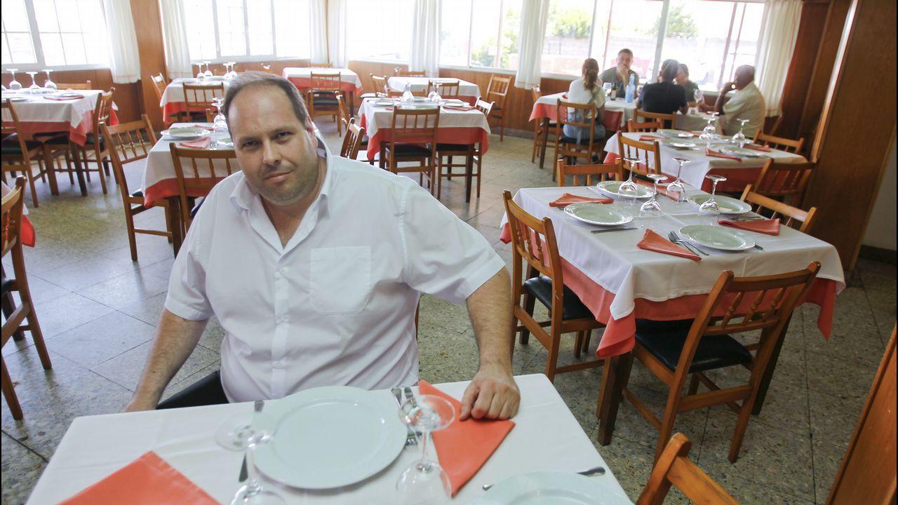 Manuel Beceiro regenta junto a su hermana Viki el restaurante de Covas que fundó su abuelo hace casi medio siglo