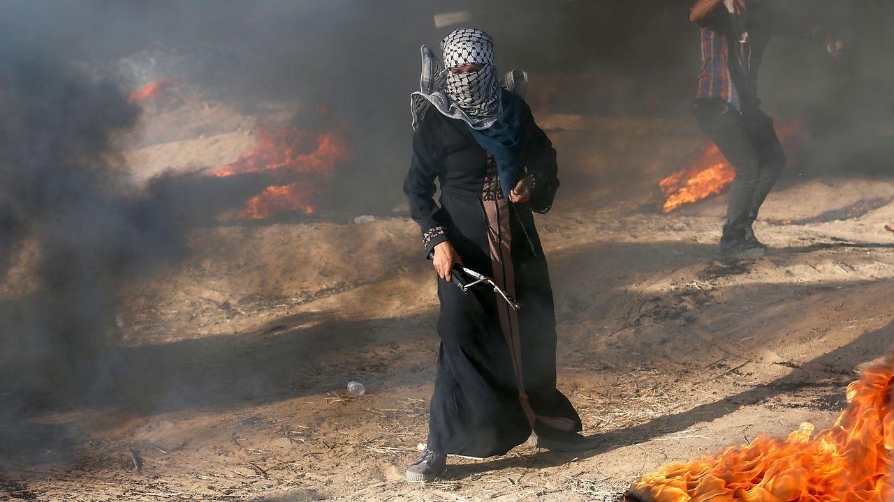 Un manifestante palestino sostiene un tirachinas durante una manifestación en la frontera entre Israel y Gaza, al este de Khan Yunis en el sur de la Franja de Gaza