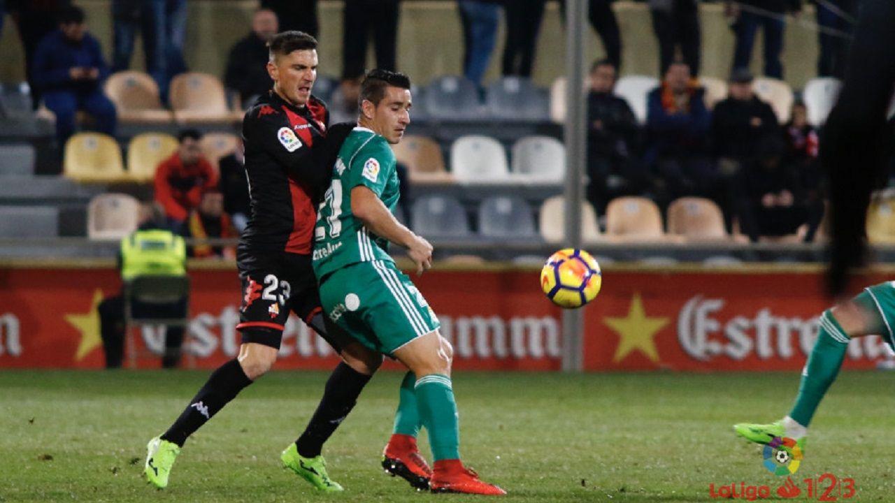 Saúl Berjón protege un balón ante Tito