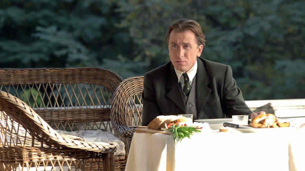 «El hombre sin edad» tardó en llegar a España. Dijeron de ella que era la película maldita de Coppola, pero si algo es esta cinta es profunda y ambiciosa. Dominic Matei es un envejecido profesor de lingüística que, tras recibir el impacto de un relámpago, se vuelve joven y más inteligente, tanto que se convierte en el objetivo de un grupo de científicos nazis.