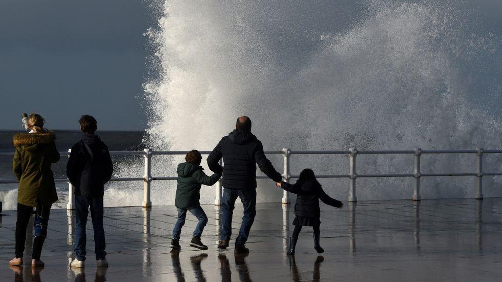 .El temporal marítimo dejó un fuerte oleaje en Gijón